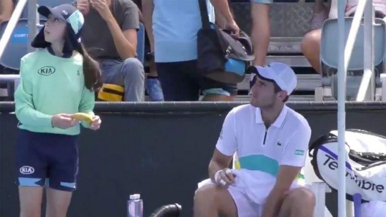 Σάλος με Γάλλο τενίστα που έβαλε κορίτσι που μαζεύει τις μπάλες να του ξεφλουδίσει μπανάνα | tanea.gr