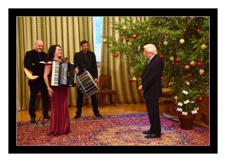 Το τραγούδι «Γενοκτονία» ερμήνευσε η Ζωή Τηγανούρια στον Προκόπη Παυλόπουλο   tanea.gr