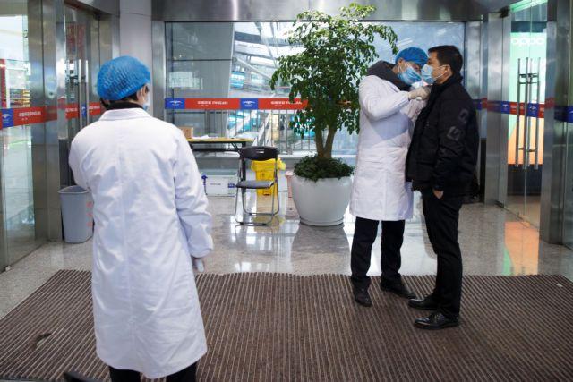 Κοροναϊός στην Κίνα: Σοκαριστικό βίντεο με ανθρώπους να καταρρέουν στο δρόμο | tanea.gr