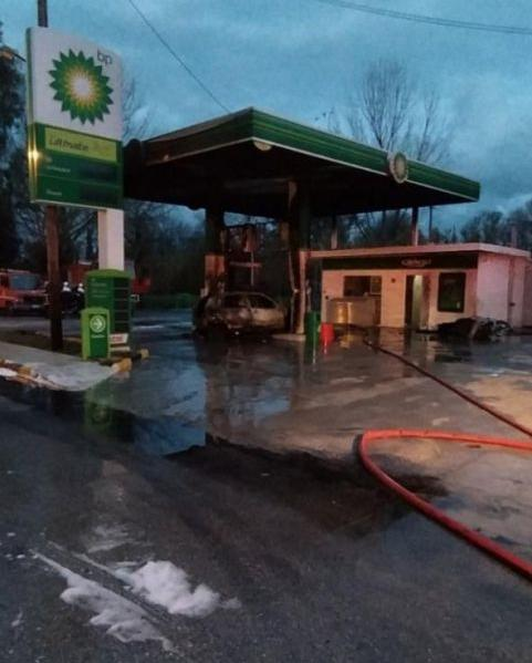 Αυτοκίνητο τυλίχθηκε στις φλόγες πέφτοντας σε αντλία βενζινάδικου   tanea.gr