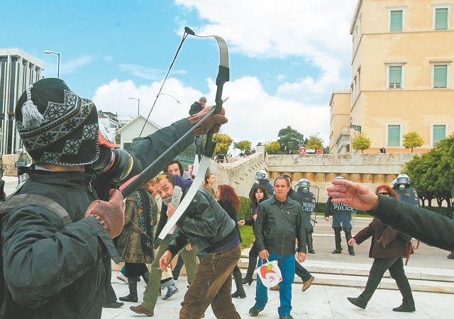 Συνεχίζονται οι έρευνες για τον εντοπισμό των συνεργών του «τοξοβόλου του Συντάγματος» | tanea.gr