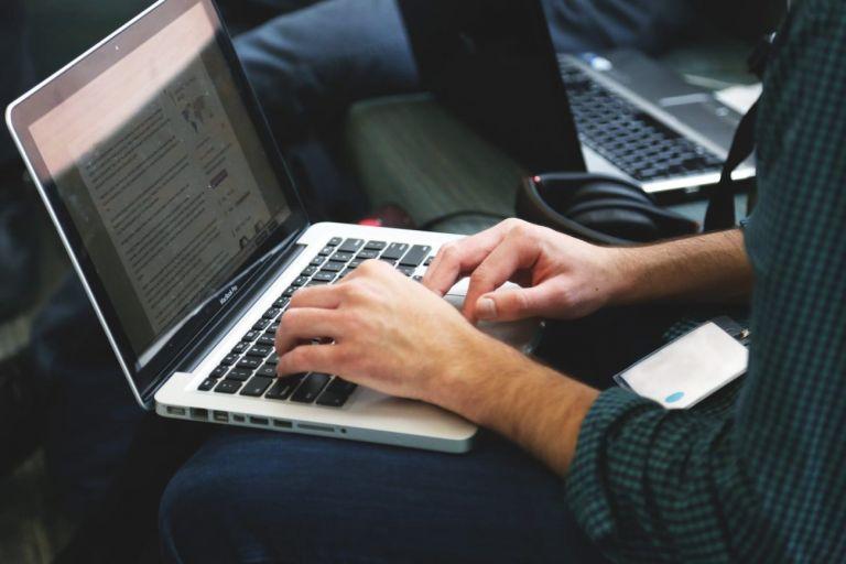 Νόμιμη η παρακολούθηση εταιρικών e-mail, παράνομη η βιντεοσκόπηση σε χώρους εργασίας | tanea.gr