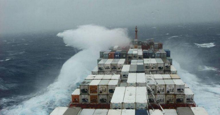 Υπό δύσκολες καιρικές συνθήκες η ρυμούλκηση του ακυβέρνητου πλοίου   tanea.gr