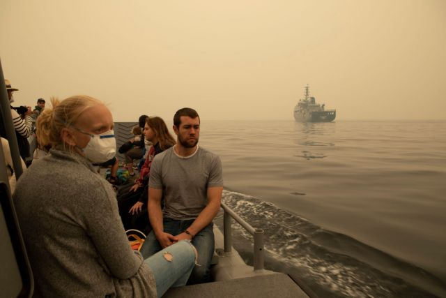 Αυστραλία: Εγκλωβισμένοι σε παραλία περιμένουν να σωθούν από τις πυρκαγιές   tanea.gr