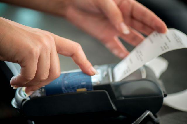 Ηλεκτρονικές αποδείξεις: Ποιοι εξαιρούνται από το 30% του εισοδήματος | tanea.gr