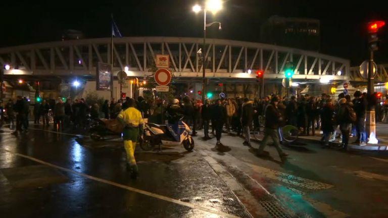 Γαλλία: Διαδηλωτές επιχείρησαν να «λιντσάρουν» τον Μακρόν   tanea.gr