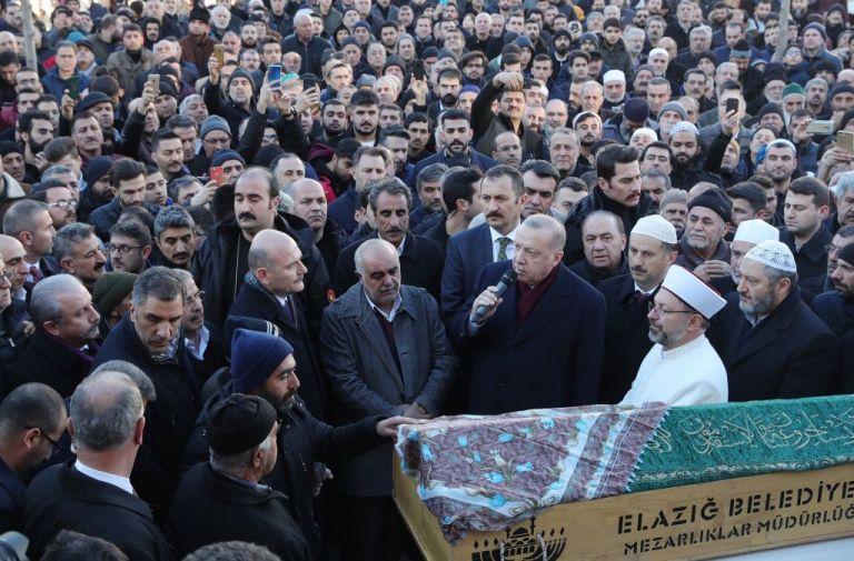 Σεισμός στην Τουρκία: Ο Ερντογάν κουβάλησε φέρετρο θύματος | tanea.gr
