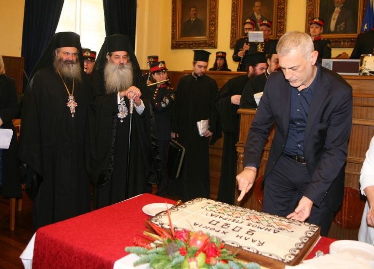 Ο δήμαρχος Πειραιά, Γιάννης Μώραλης, έκοψε την πρωτοχρονιάτικη πίτα | tanea.gr