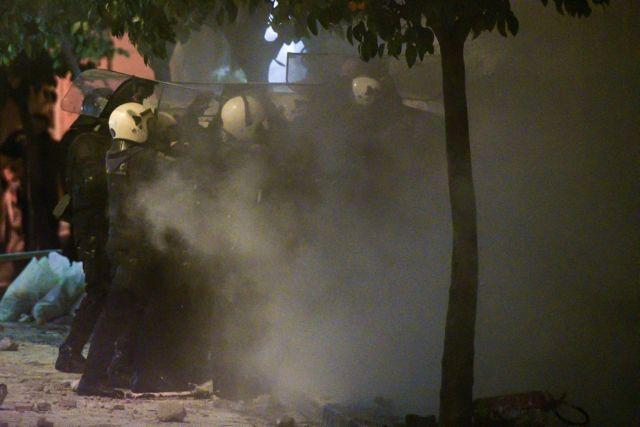 Ανακατάληψη κτιρίων: Ένταση, χημικά και συλλήψεις στην «Ματρόζου» - Έφοδος και στην Παναιτωλίου | tanea.gr
