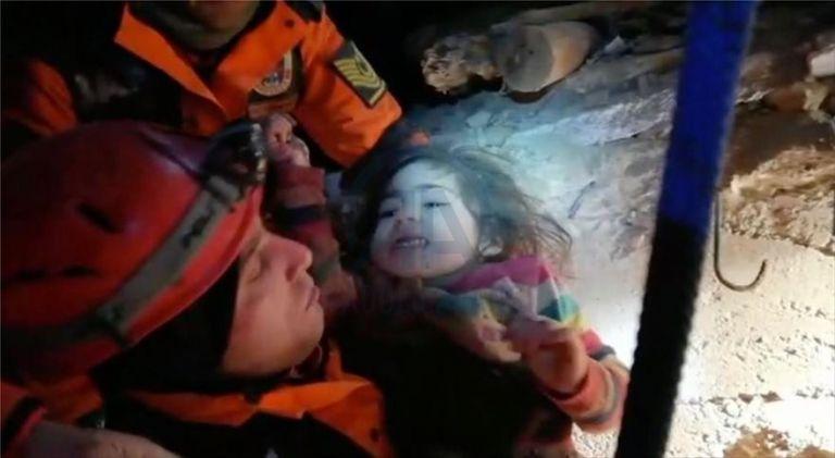 Συγκλονιστική διάσωση μητέρας και της δίχρονης κόρης της – Επέζησαν στα χαλάσματα επί 28 ώρες | tanea.gr