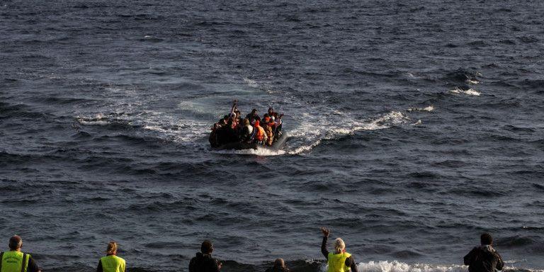 Τραγωδία στους Παξούς: 12 νεκροί πρόσφυγες από βύθιση σκάφους   tanea.gr