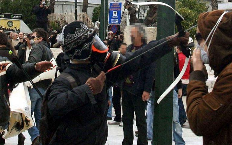 Με βαρύ οπλισμό ο «τοξοβόλος του Συντάγματος»: Καλάσνικοφ, ούζι και πιστόλια στην κατοχή τους | tanea.gr