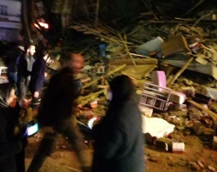 Τουρκία : Κτίρια καταρρέουν μετά τον σεισμό των 6,8 Ρίχτερ | tanea.gr