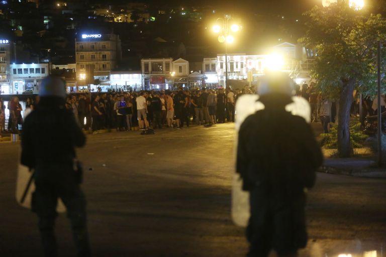 Μπλόκο από εκατοντάδες νησιώτες στα λιμάνια Λέσβου και Χίου- Καταφθάνουν μπουλντόζες και ΜΑΤ από Αθήνα | tanea.gr