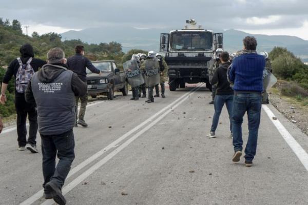 Μυτιλήνη : Αστυνομικός των ΜΑΤ σπάει τζάμι αυτοκινήτου | tanea.gr