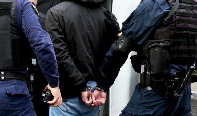 Πυροβολισμοί μεταξύ αστυνομικών και κακοποιών στην Αρχαία Κόρινθο   tanea.gr