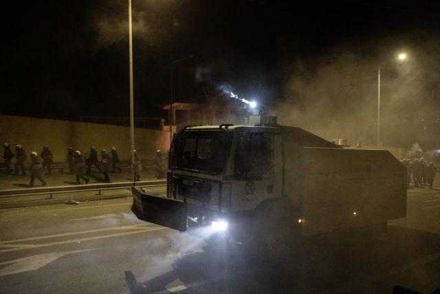 ΕΛ.ΑΣ: Εμβόλισαν κλούβα, επιτέθηκαν με αναστάσιμες ρουκέτες | tanea.gr
