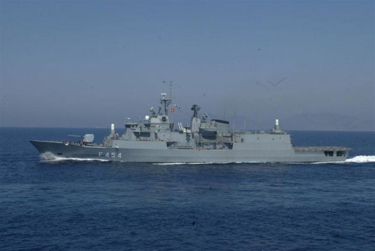 Ο Διοικητής της Task Force 473 στη Φρεγάτα Ψαρά | tanea.gr