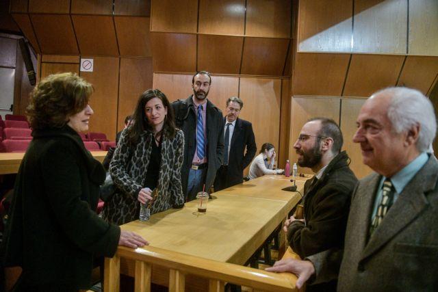 Δίκη Χρυσής Αυγής: Η θερμή αγκαλιά της Μ.Φύσσα στους συνηγόρους της | tanea.gr