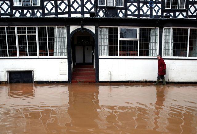 Καταιγίδα «Ντένις»: Πλημμύρες και προβλήματα στις μετακινήσεις σε Βρετανία και Γαλλία | tanea.gr