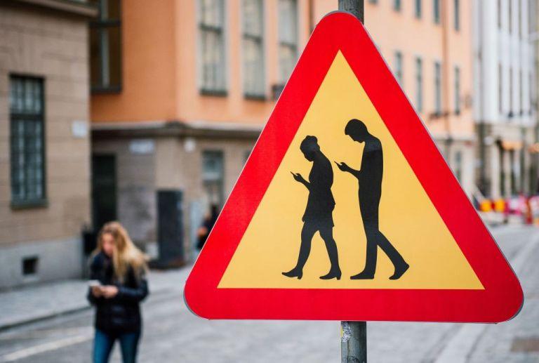 Οι πεζοί κινδυνεύουν όσο γράφουν μηνύματα στο κινητό | tanea.gr