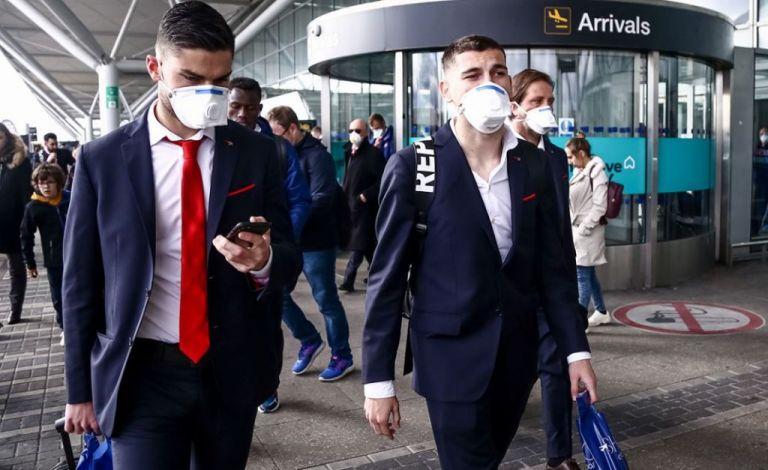 Λονδίνο: Φορώντας μάσκες προσγειώθηκε η αποστολή του Ολυμπιακού | tanea.gr