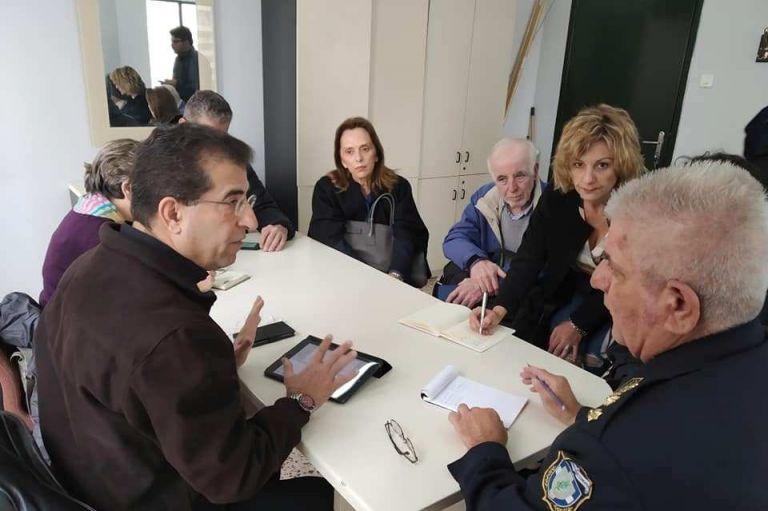 Εκπρόσωποι του Συμβουλίου Ένταξης Μεταναστών και Προσφύγων στα ΑΤ του Πειραιά | tanea.gr