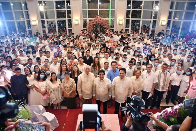 Κορωνοϊός : Ερωτευμένα ζευγάρια στις Φιλιππίνες αψηφούν την επιδημία   tanea.gr