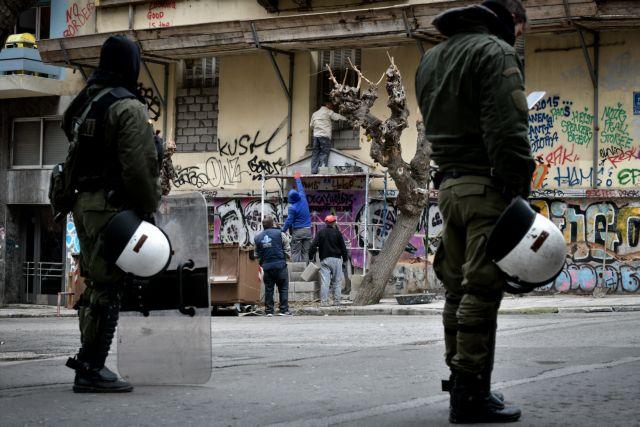 Χειροβομβίδες-καπνογόνα στο κτήριο που εκκένωσε η ΕΛ.ΑΣ στα Εξάρχεια | tanea.gr