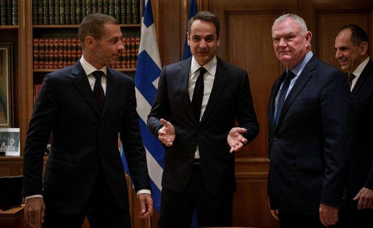 Συνάντηση-αστραπή και υπογραφή μνημονίου της κυβέρνησης με UEFA και FIFA | tanea.gr