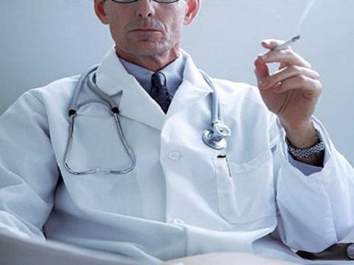 Αντικαπνιστικός νόμος: Επιασαν γιατρούς να καπνίζουν σε νοσοκομεία | tanea.gr