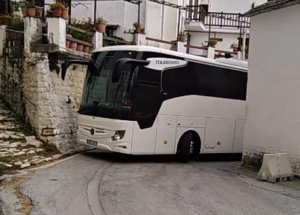 Οδηγός... πιλότος περνάει το λεωφορείο ξυστά μέσα στα σοκάκια του Πηλίου | tanea.gr