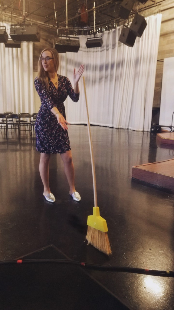 Broomstick Challenge : Γιατί όλο το διαδίκτυο προσπαθεί να ισορροπήσει μια… σκούπα | tanea.gr