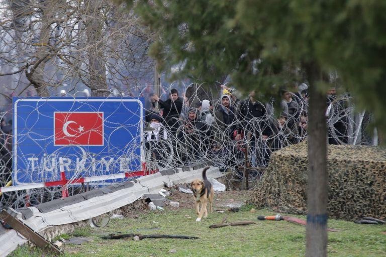 Έβρος : Ακραία πρόκληση Τουρκίας - Στέλνει στρατιωτικά οχήματα για να συνοδεύσουν τους πρόσφυγες | tanea.gr