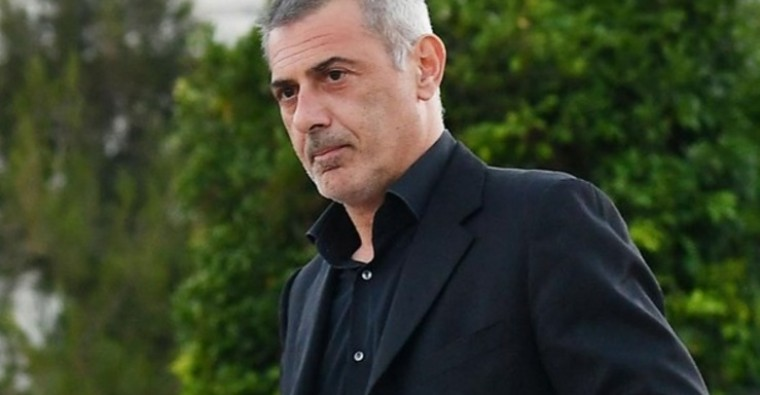 Ο δήμαρχος Πειραιά Γιάννης Μώραλης αποχαιρετά τον Κώστα Βουτσά | tanea.gr