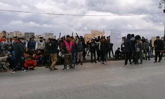 Μυτιλήνη : Επεισόδια μετά από πορεία προσφύγων - Ζητούν επίσπευση των διαδικασιών ασύλου | tanea.gr