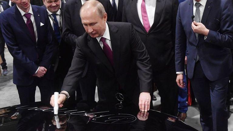 Αυτόγραφο του Πούτιν πουλήθηκε πιο ακριβά από αυτόγραφο του Γκαγκάριν | tanea.gr