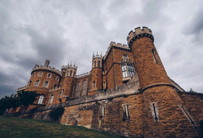 Ζήστε την απόλυτη «The Crown» εμπειρία μέσω Airbnb | tanea.gr