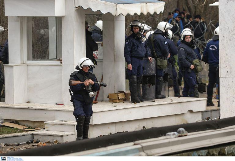 Καστανιές Έβρου : Συγκινεί ο φόρος τιμής των κατοίκων στους άνδρες των ΜΑΤ που φυλάσσουν τα σύνορα | tanea.gr