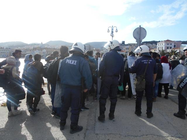 Λέσβος: Εκατοντάδες μετανάστες στο λιμάνι της Μυτιλήνης λόγω fake news   tanea.gr