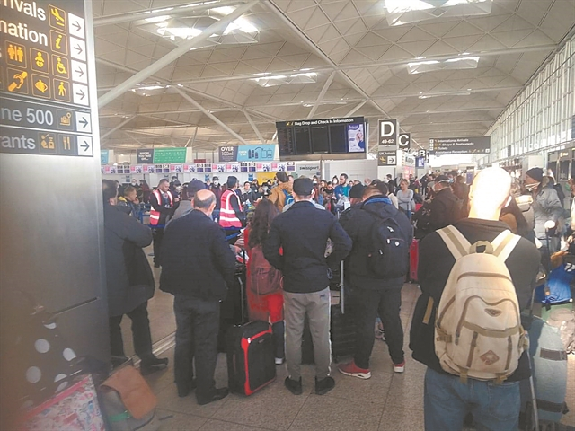 Εγκλωβισμένοι Ελληνες σε αεροδρόμια του εξωτερικού   tanea.gr