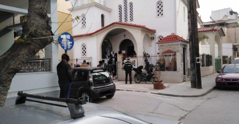 Κατέκλυσαν οι πιστοί τις εκκλησίες σε Λάρισα και Αγρίνιο παρά τον κοροναϊό | tanea.gr
