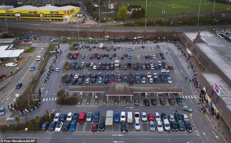 Κοροναϊός – Βρετανία : Ουρές έξω από τα σουπερμάρκετ για προμήθειες | tanea.gr
