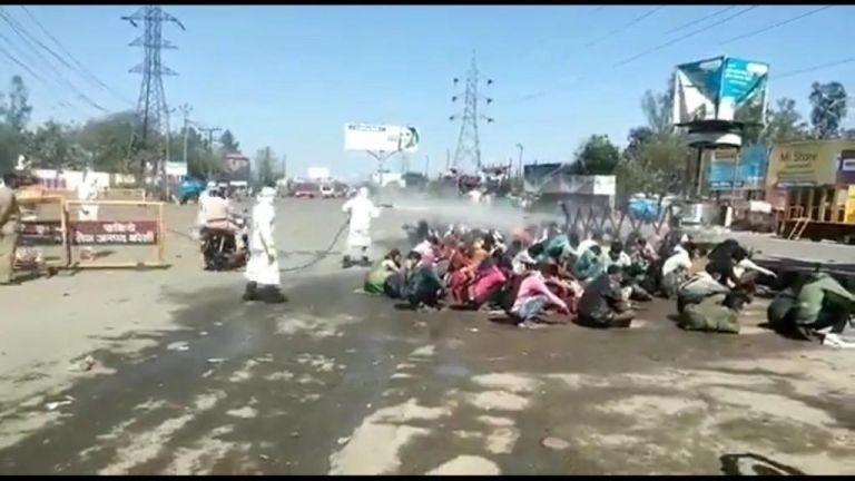 Στην Ινδία ψεκάζουν μετανάστες με απολυμαντικό | tanea.gr