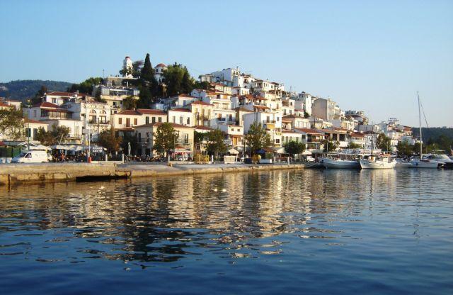 Κοροναϊός : Πανικόβλητοι οι κάτοικοι της Σκιάθου - Ιταλοί τουρίστες κάνουν βόλτες στο νησί αμέριμνοι   tanea.gr