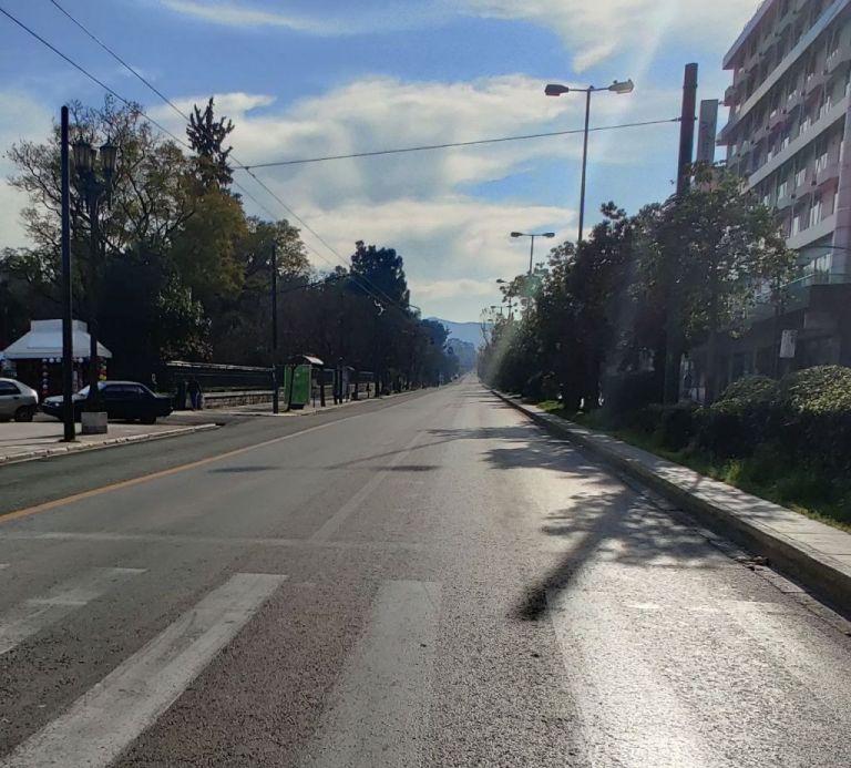 Άδειοι οι δρόμοι της Αθήνας το πρωί της Κυριακής   tanea.gr