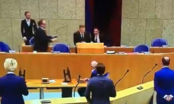 Ολλανδία: Η στιγμή που ο υπουργός Υγείας καταρρέει μιλώντας για τον κοροναϊό | tanea.gr