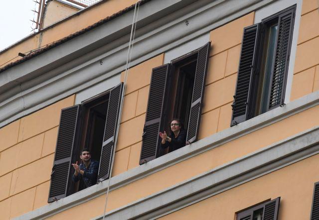 Κοροναϊός : Το «Bella Ciao» τραγουδούν από τα μπαλκόνια τους οι Ιταλοί   tanea.gr