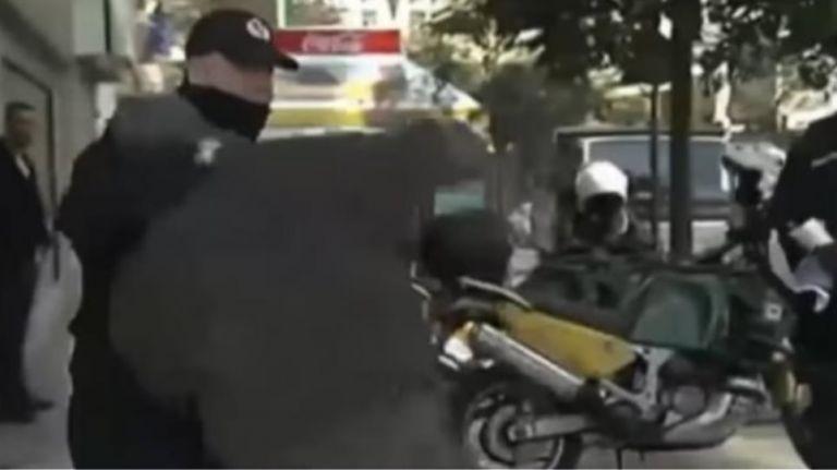 Δημοτικός αστυνόμος έκανε κεφαλοκλείδωμα σε ηλικιωμένο στο Σύνταγμα | tanea.gr