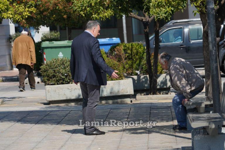 Λαμία: Ο Δήμαρχος βγήκε να μαζέψει ηλικιωμένους που… λιάζονταν   tanea.gr